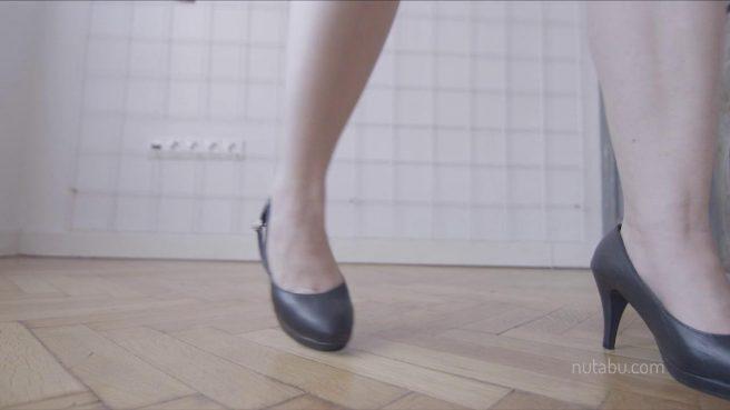 Девушка в душевой комнате у окна стоит на каблуках и ласкает рукой пиздюшку #6