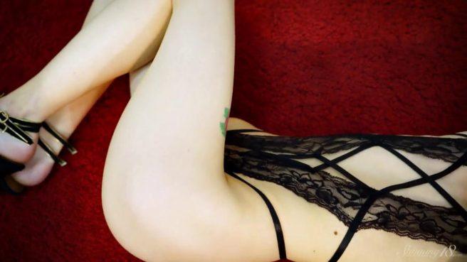 Модель в черном белье с тату розы на ноге занимается на камеру стриптизом #3