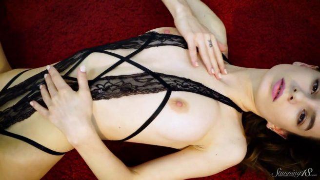 Модель в черном белье с тату розы на ноге занимается на камеру стриптизом #4