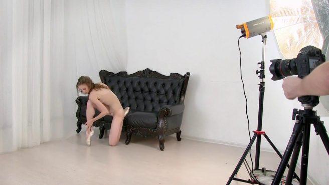 Модель раздвигает в студии ноги в шпагат и показывает со всех сторон ватрушку #3