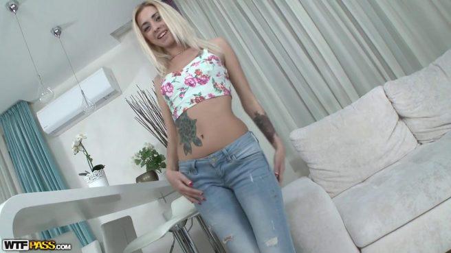 Блонди в одежде падает на колени и отсасывает пикаперу сочный хрен #1