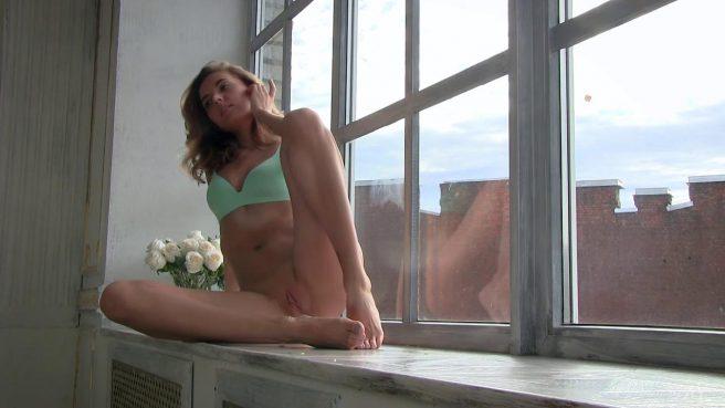 Девка на подоконнике ползает на коленях и светит на камеру анусом #2