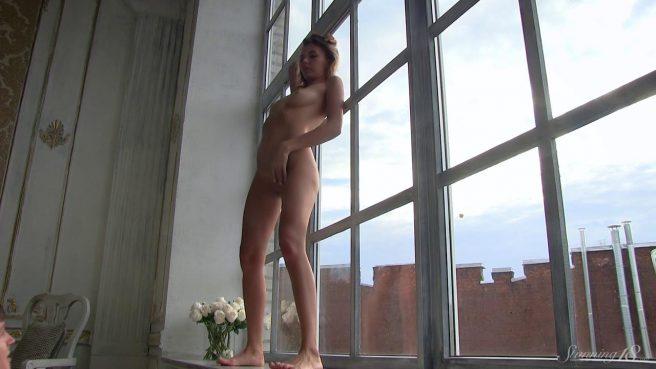 Девка на подоконнике ползает на коленях и светит на камеру анусом #6