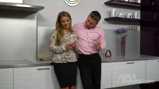 Домохозяйка полирует языком зажатый анус качка в розовой рубашке #2
