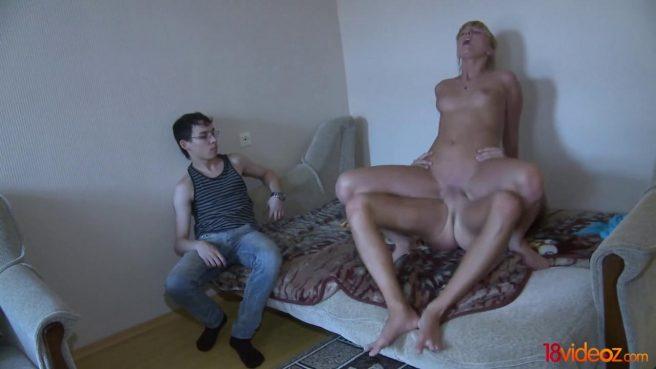 Парень смотрит, как друг нежно сует член в его любимую на диване #7