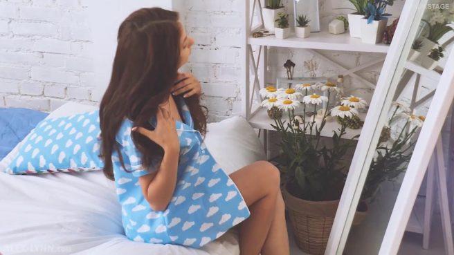 Девка стягивает с себя голубое платье и ласкает нежные стоячие сиськи #1