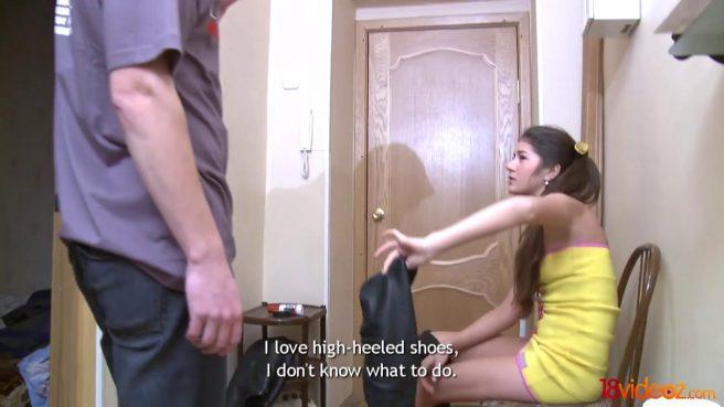 Пацан подарил на спор девушку в желтом платье соседу и увидел классный секс #1
