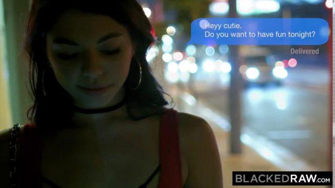 Негр посадил белую любовницу вагиной на черную побритую палку #1