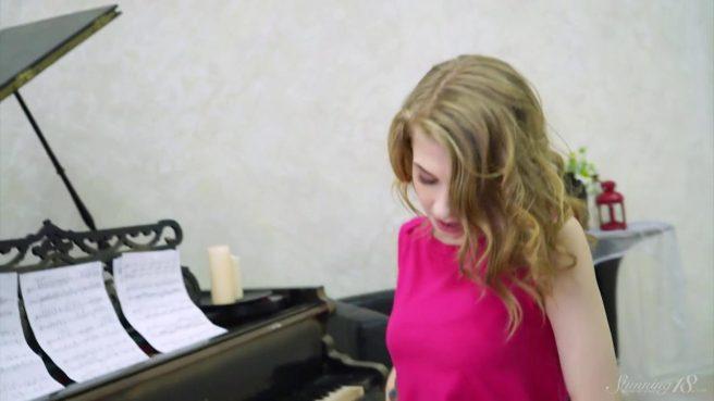 Домохозяйка сбрасывает розовое платье и сует дилдо между половых губок #1