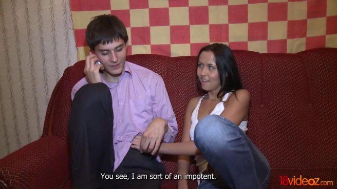 Пацан в фиолетовой рубашке смотрит на секс-измену жены с коллегой #1
