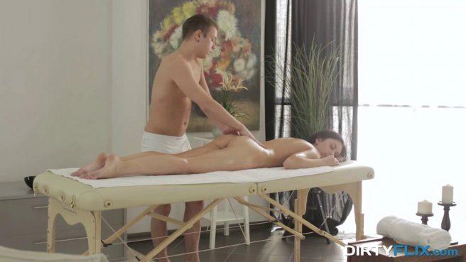 Чувак сделал эротический массаж клиентке и осторожно выебал в теплую писечку #3