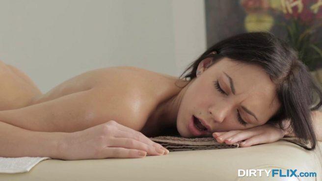 Чувак сделал эротический массаж клиентке и осторожно выебал в теплую писечку #5