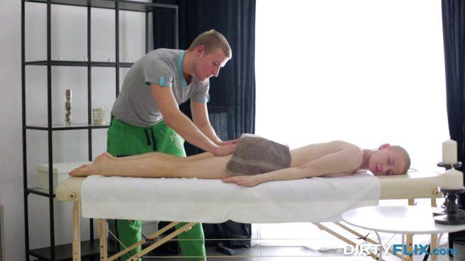 Парень на массаже разминает сильными пальцами пиздюшку клиентке #2