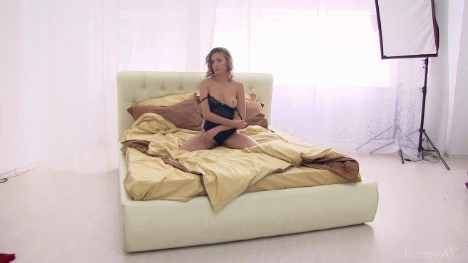 Стройняша в кровати прогибается в пояснице раком и показывает на камеру писечку #1