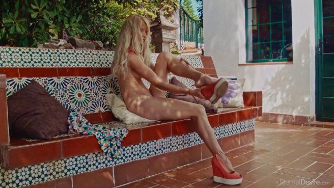 Девка в красных туфлях на веранде мастурбирует теплую писечку #4