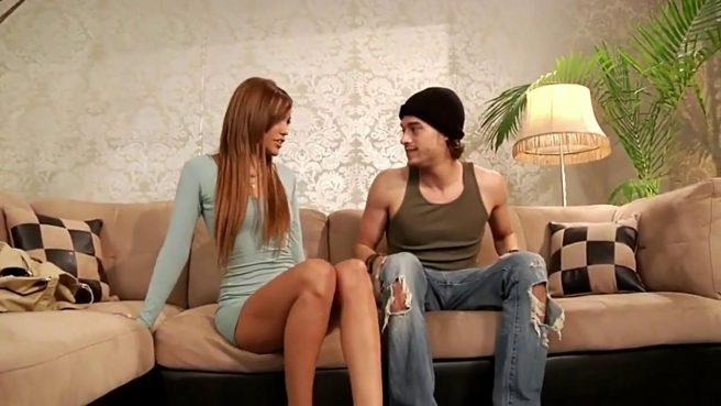 Рэпер в черном шапке на диване приласкал девицу в голубой кофточке огромным хуем #1