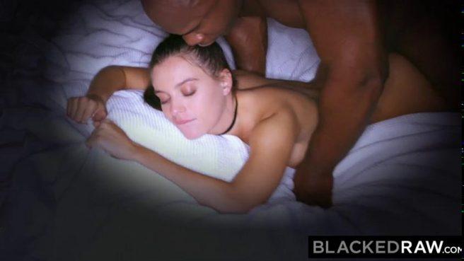 Красотка в туалете сделала минет чернокожему приятелю и глотнула кончи #10