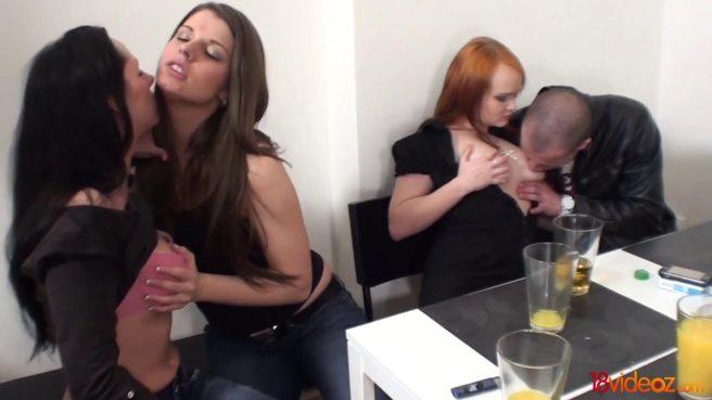 Парни устраивают бисексуальную групповуху с женами на столе #1