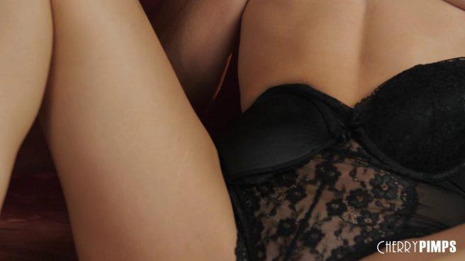 Девка в черном корсете на красной софе водит пальчиком по клитору #3