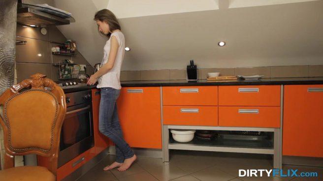 Сантехник на кухне вылизал соски и клитор клиентки, а затем трахнул без гондона #1