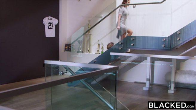 Баскетболист натягивает на черный кукан белое влагалище поклонницы #1