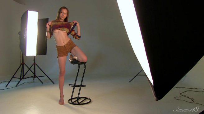 Модель на стуле позирует в студии нагишом и получает удовольствие #1
