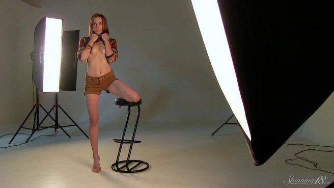 Модель на стуле позирует в студии нагишом и получает удовольствие #2