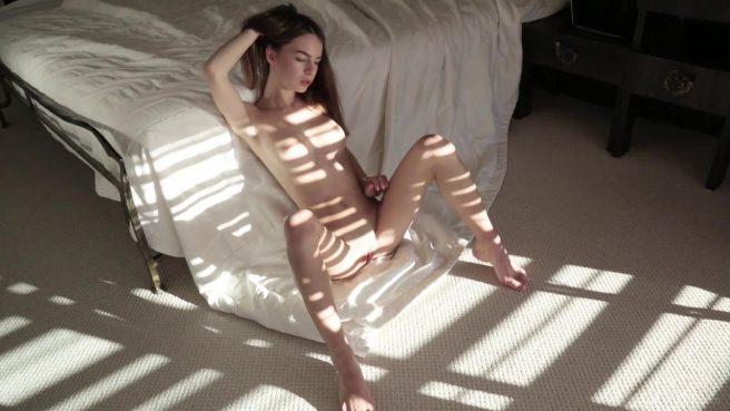Худышка с утра мастурбирует на полу у кровати теплую промежность #4
