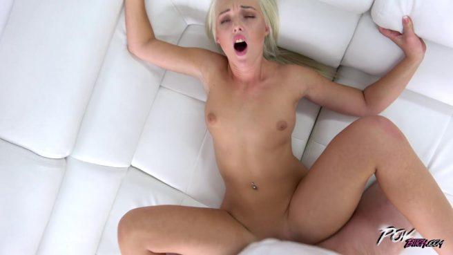 Блонди на коленях все утро ради глотка кончи делает горловой минет другу #9
