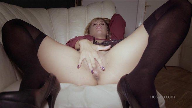 Пьяная перед мужем мастурбирует рукой большое теплое влагалище #8