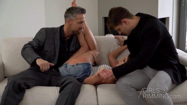 Девка справляется с большими членами парня и его развратного отца #2