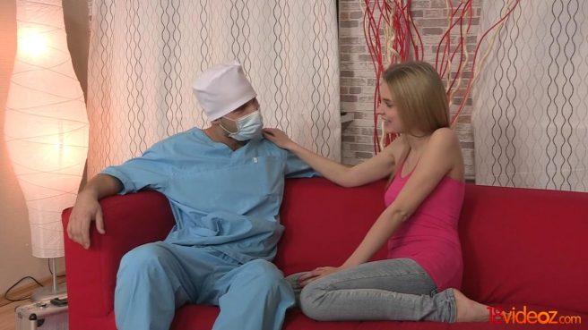 Доктор в голубой униформе жестко дерет влагалище стройной подруги #3