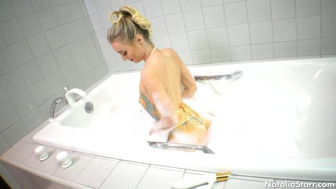 Девушка принимает ванну и пихает большую игрушку в теплое влагалище #3