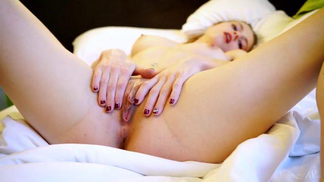 Девушка все утро после душа мастурбирует в постели теплое бритое влагалище #3
