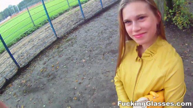 Красотка в джинсах и желтой куртке на улице занимается сексом с туристом #1