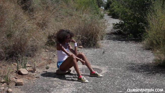 Негритянка на природе сняла шортики и потрогала рукой нежный клиторок #1
