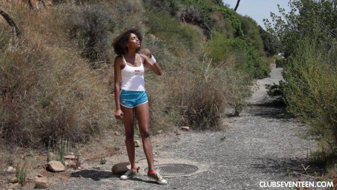 Негритянка на природе сняла шортики и потрогала рукой нежный клиторок #10