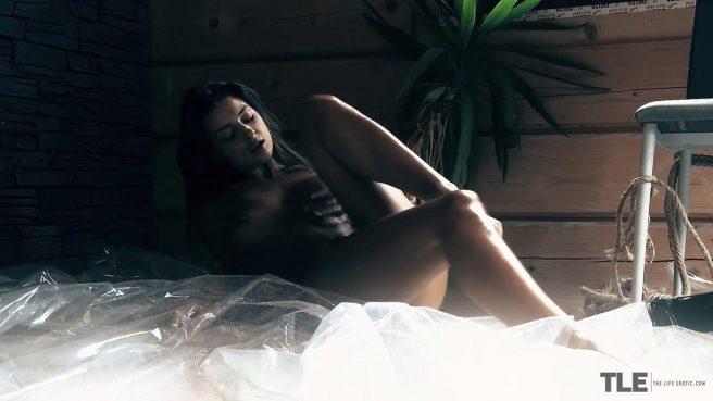 Девушка на даче с утра довела бритую пизденку до мощного оргазма #9