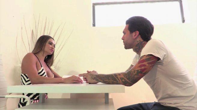 Татуированный музыкант занимается нежным сексом с грудастой массажисткой #1