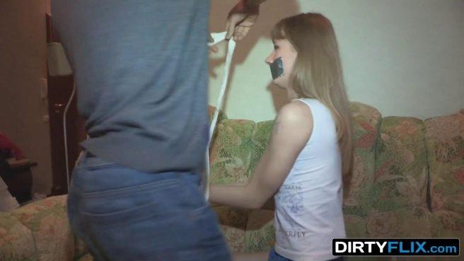 Парень ставит девку со скотчем на ротике раком и грубо ебет в писю перед ее мужем #1