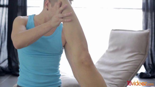 Фитнес-инструктор романтично выебал фитоняшу на кушетке в задний проход #1