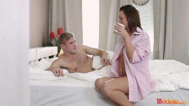 Девушка будит блондина утренним отсосом и дает в теплое очело #1