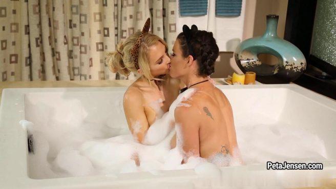 Блонда вылизывает в ванне красивую лохматку брюнетки, а затем и ее очко #1