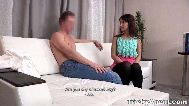 Режиссер на кастинге снял, как молодая пара ебется на белоснежном диване #3