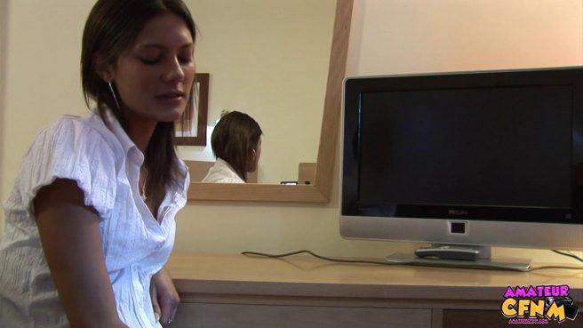 Блондинка в блузке нежно отсасывает член директора перед камерой #1