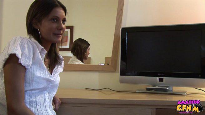 Блондинка в блузке нежно отсасывает член директора перед камерой #3