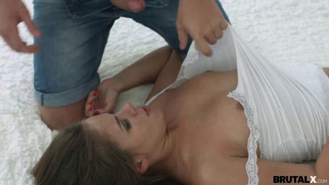 Блондин рвет на фитоняше белые лосины и прорывается палкой внутрь ее пизденки #4