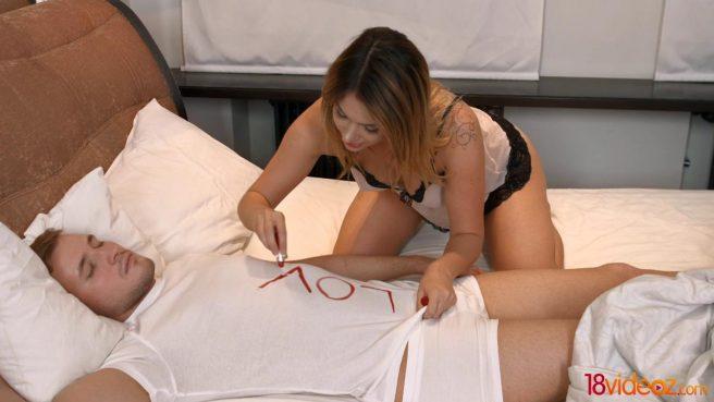 Блондин нежно целует бритую писюлю девушки и осторожно входит внутрь толстым членом #1