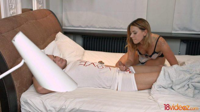 Блондин нежно целует бритую писюлю девушки и осторожно входит внутрь толстым членом #2