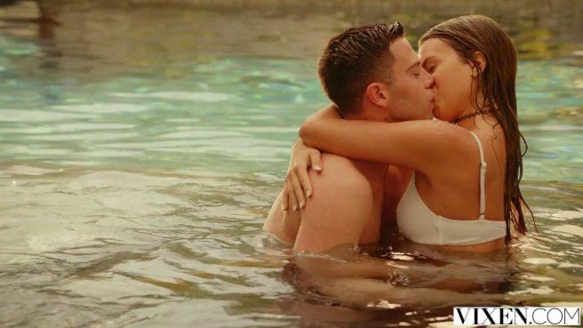 Пара поплавала в бассейне, а затем поднялась в спальню на красивый секс #2
